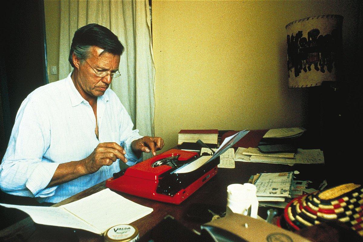 Karlheinz Böhm an der Schreibmaschine