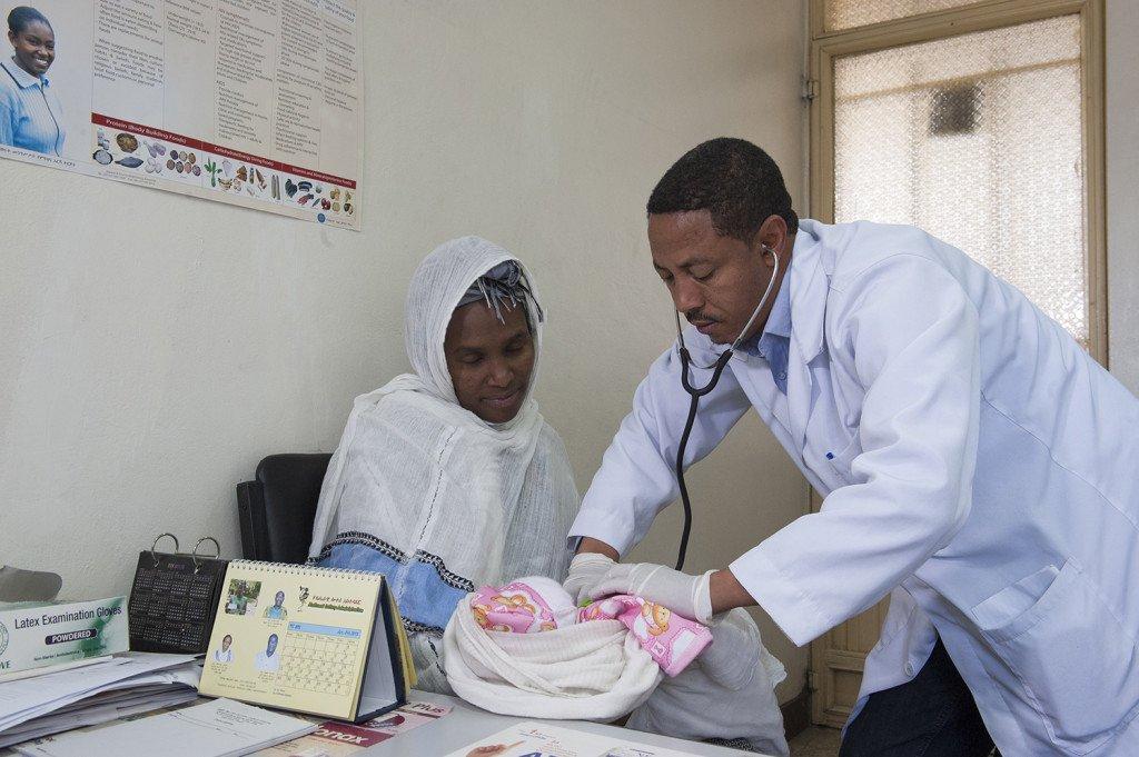 Yoseph Teshane, 42, Gynäkologe, Medical Director am Abebech Gobena Hospital mit Meskerem Bekele, 25, junge Mutter, die am Abebech Gobena-Hospital ihr zweites Kind per Kaiserschnitt entbunden hat, nämlich die Tochter Sifen