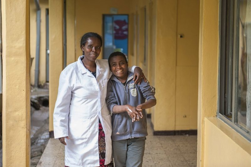Kinderbetreuerin mit Waisenkind | Menschen für Menschen Schweiz