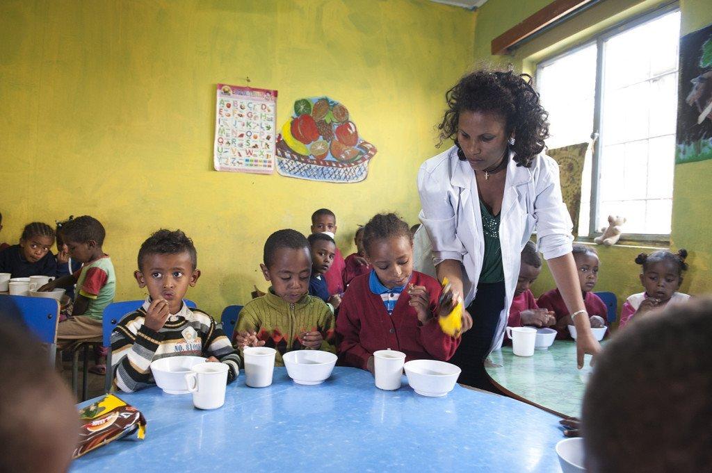 Abebech Gobena Kindergarten -zum Frühstück bekommen alle Milch und jeden Tag spezielle Kekse mit einem sehr hohen Nährstoffgehalt.