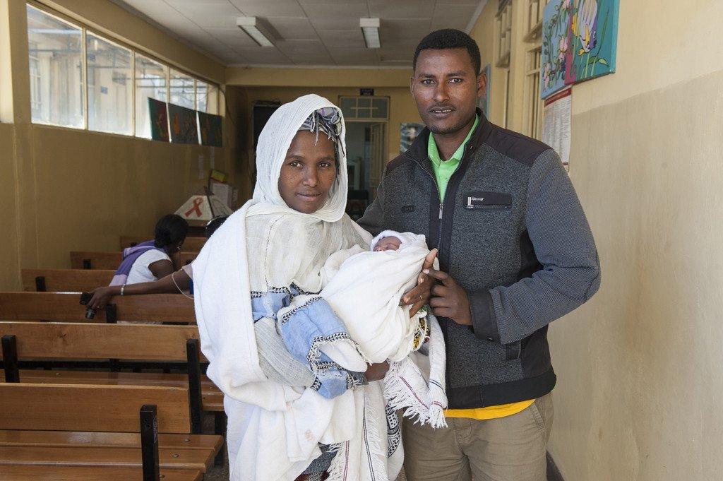 Meskerem Bekele, 25, junge Mutter, die am Abebech Gobena-Hospital ihr zweites Kind per Kaiserschnitt entbunden hat mit Berhanu Negesse, 32, Ehemann