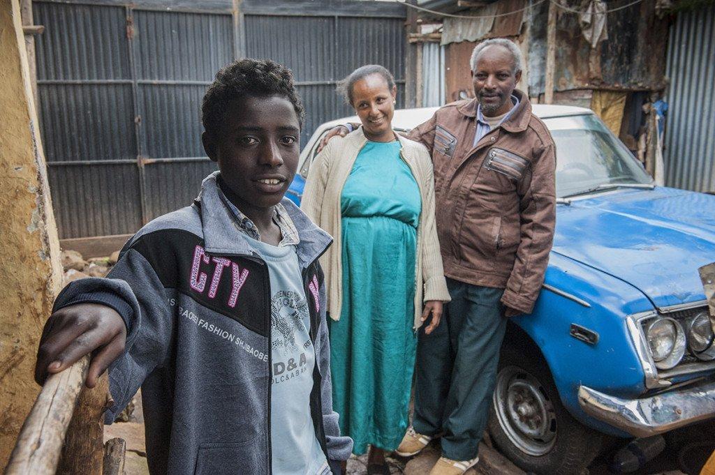 Busayo Gobena, 14, war Waise im Agohelma-Kinderheim, bevor er in die Familie von Mulugeta Mengiste und seiner Frau Abebech Gofa kam. Mulugeta Mengiste, 54, Pflegevater von Busayo Gobena. Abebech Gofa, Pflegemutter von Busayo Gobena.