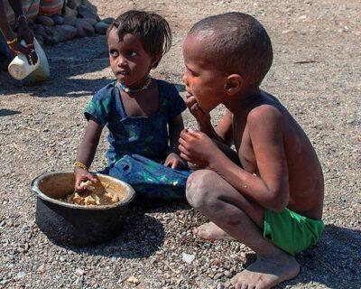 Interview mit Muhammed Hassan, 45, Nomade im Gebiet Gegana Burteli im Distrikt Mille. -Fatuma Ali, 43, Ehefrau von Muhammed Hassan bereitet den Kinder das Essen zu