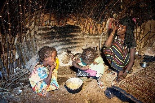 Mädchen isst Nothilfe-Nahrung