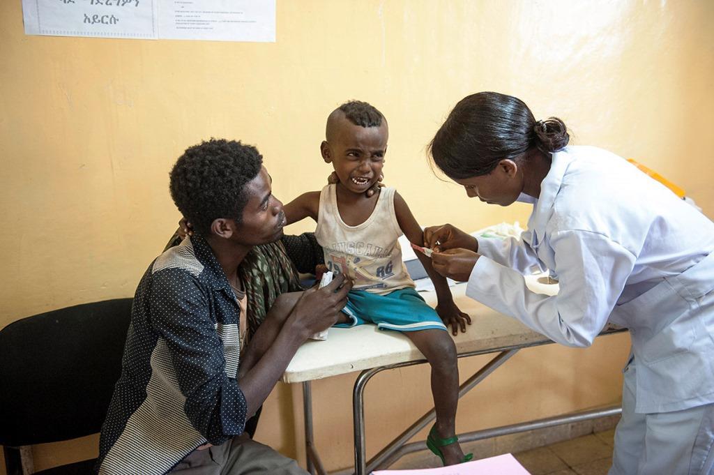 Ärztliche Behandlung von Kind im Gesundheitscenter von Shewarobit