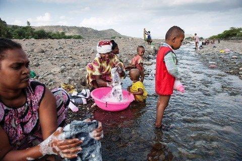 Mereme Adem wäscht am Fluss von Shewarobit. Auch ihre Kinder baden mangels Alternativen in dem schmutzigen Gewässer.