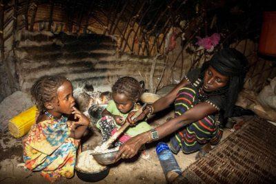 Äthiopische Kinder in Mille leiden unter den Folgen der Dürre, die durch das Wetterphänomen El NIño entastanden sind.