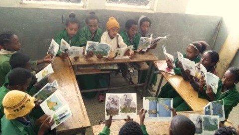Aethiopische Kinder lesen Kinderbuch