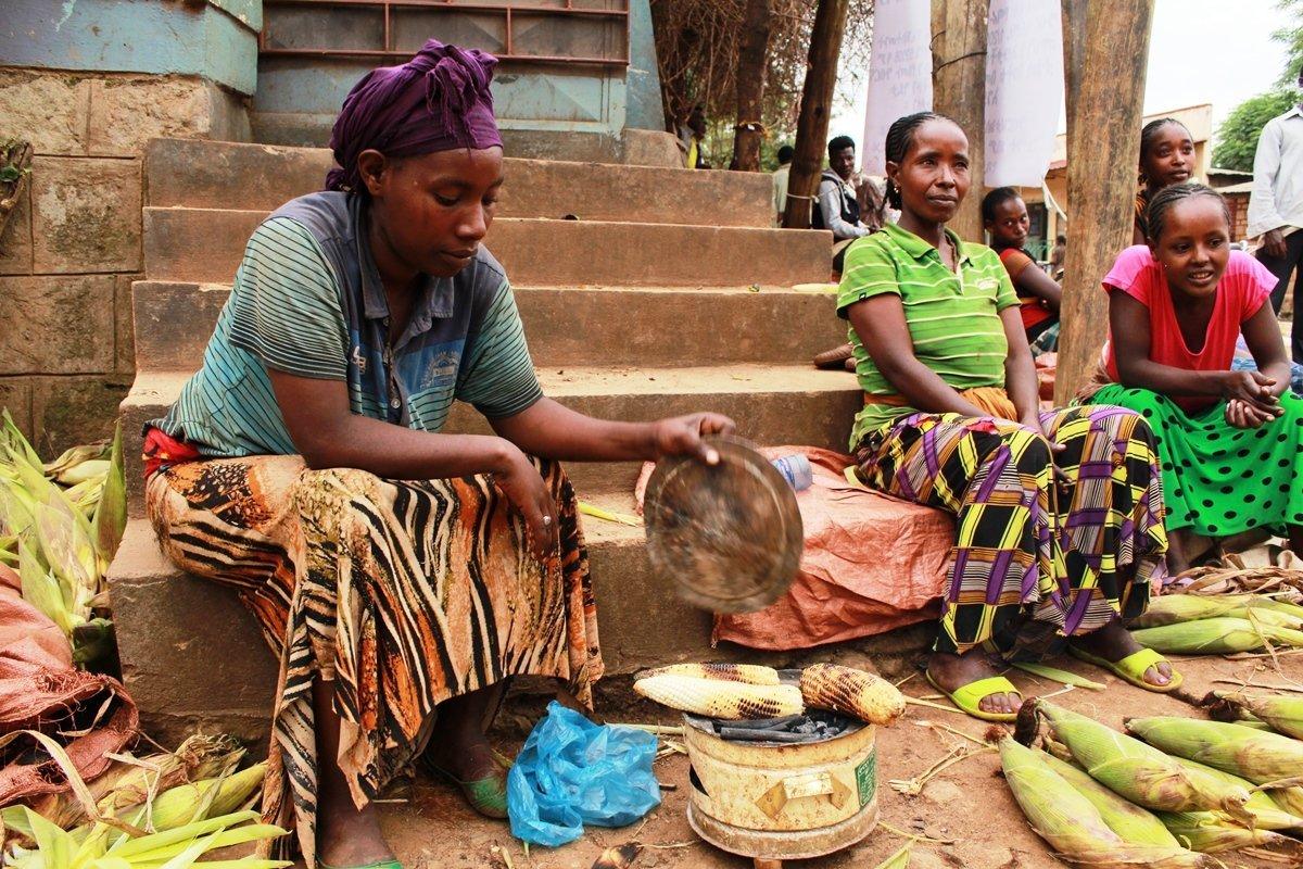 Frau grillt Maiskolben zum Verkauf | Menschen für Menschen