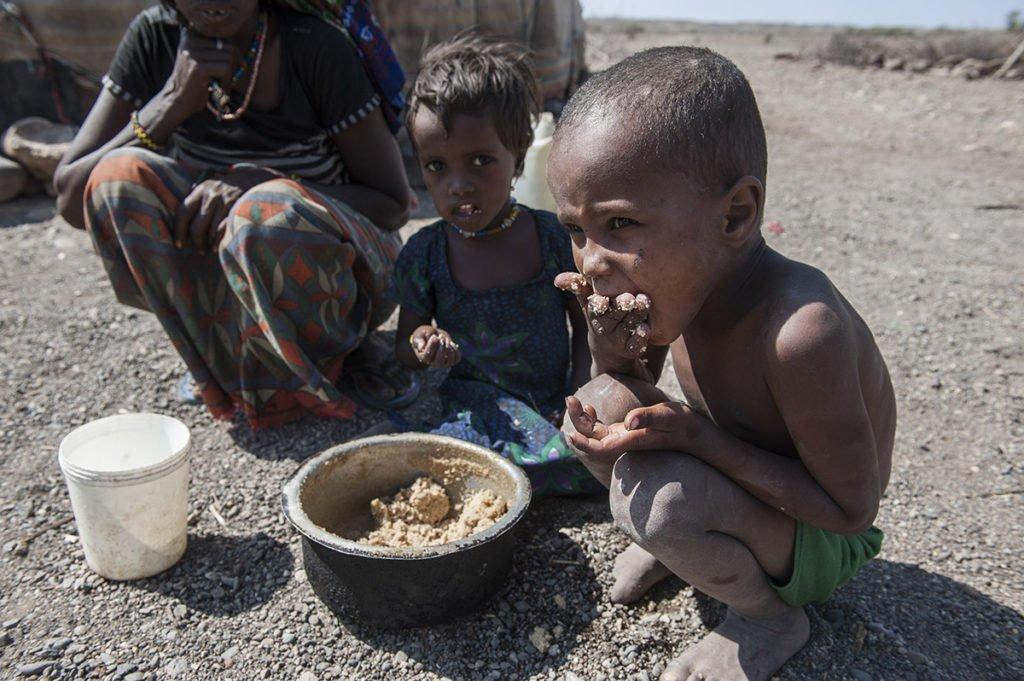 Junge isst Nothilfe-Nahrung