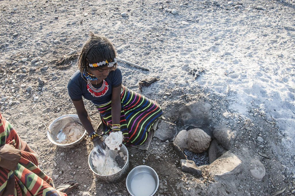 Äthiopierin beim Brot backen