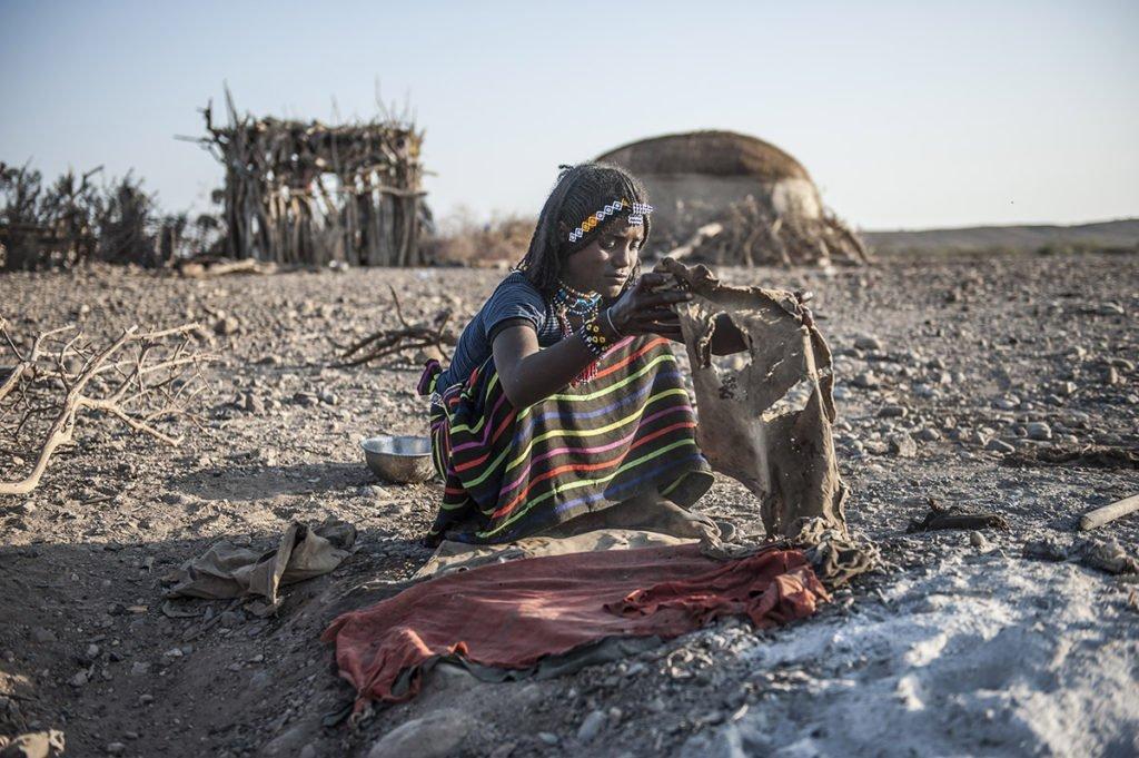 Äthiopierin backt Brot