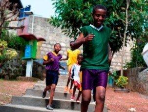 Waisenkinder laufen in Addis Abeba