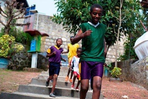 Waisenkinder beim laufen