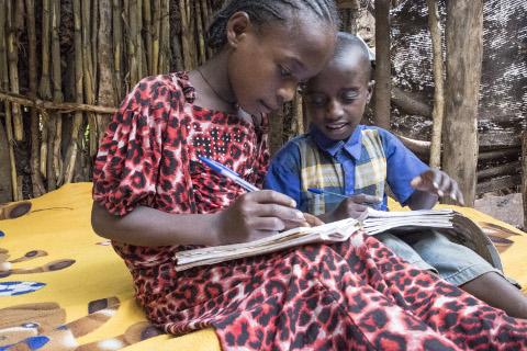 Kinder können dank Mikrokredit zu Schule