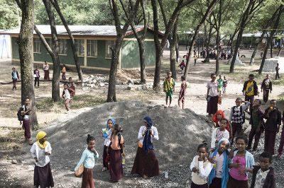 Mädchen auf dem Schulhof