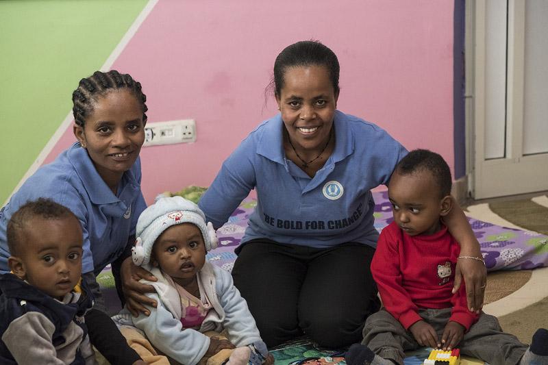 Kinderbetreuerinnen im Waisenheim-Addis Abeba-äthiopine-Menschen für Menschen-099_17731_DSF3975_low