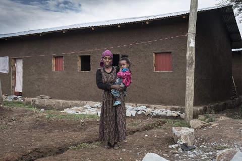 Familien in Slums: Mutter vor neuer Wohnung