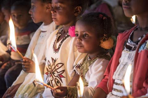 Weihnachten in Äthiopien: Kinder mit Kerzen