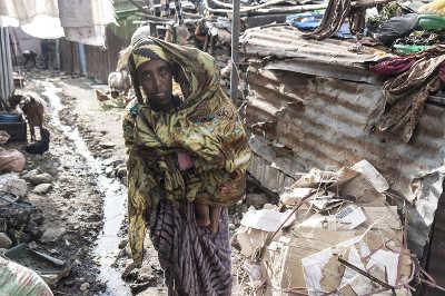 Extreme Armut: Mutter mit Kind im Arm