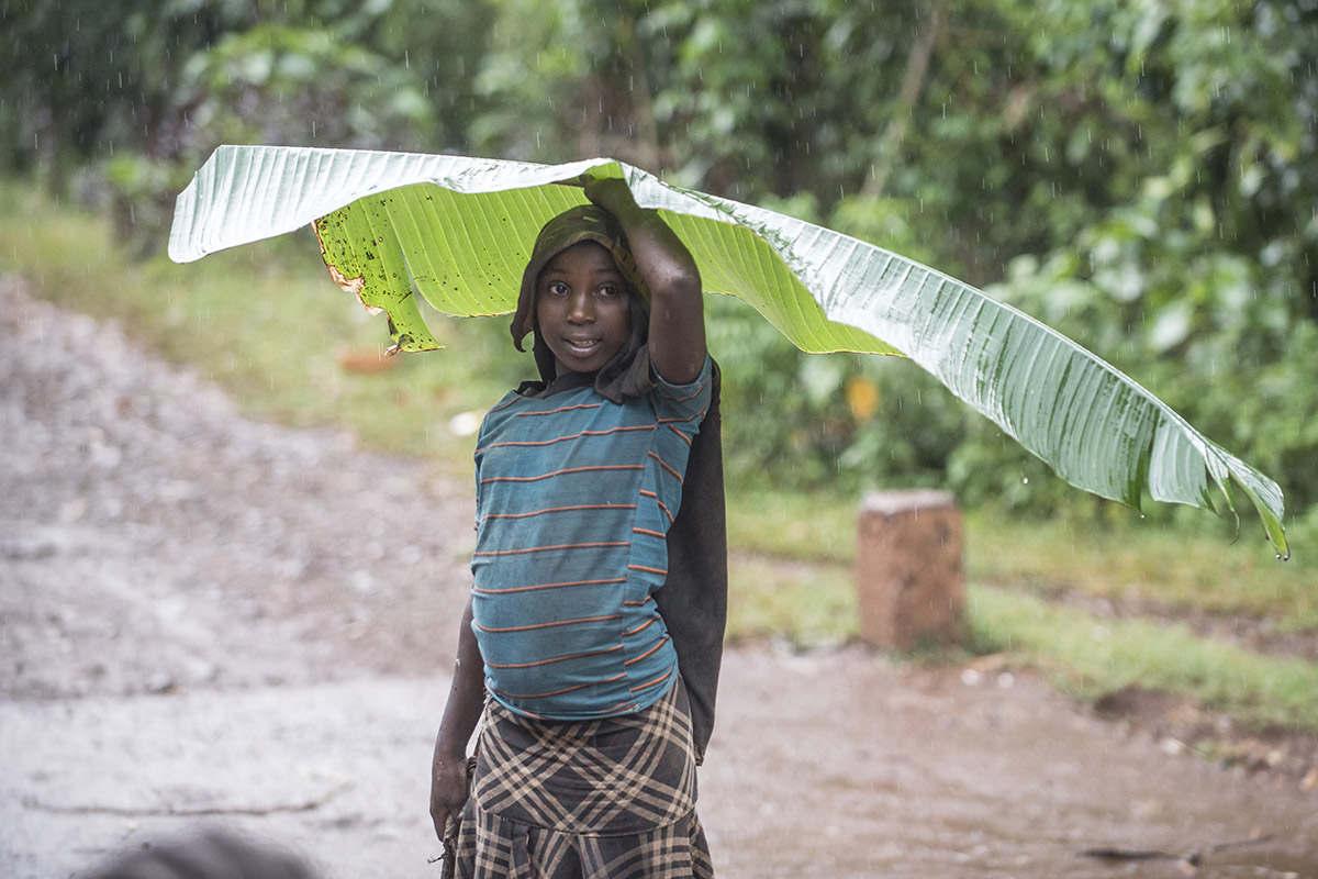 Junge mit Bananenblatt