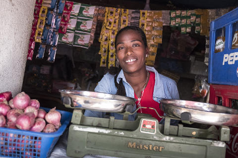 Kleinkreditnehmerin bei der Arbeit