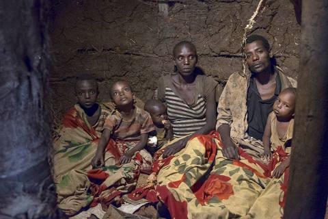 Arme Familie schläft am Boden