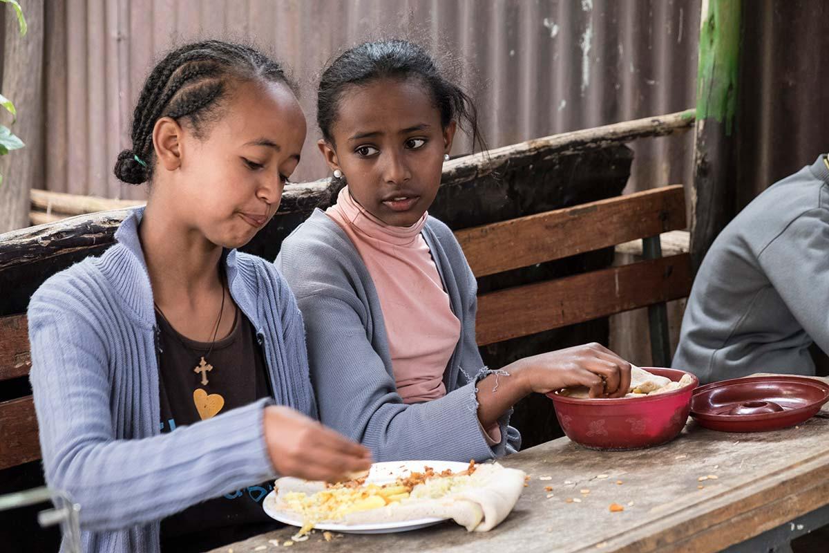 Aster beim Mittagstisch | Stiftung Menschen für Menschen