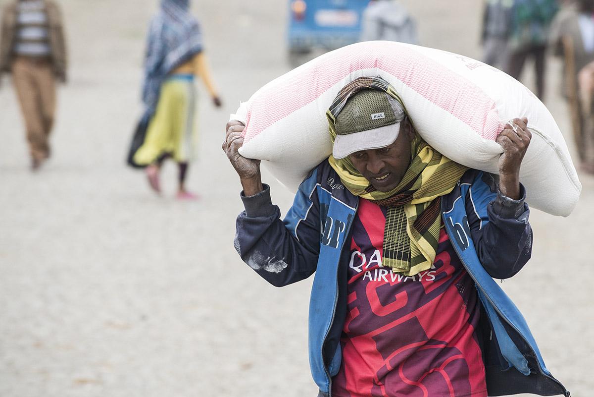 Lastenträger mit Mehlsack   Stiftung Menschen für Menschen