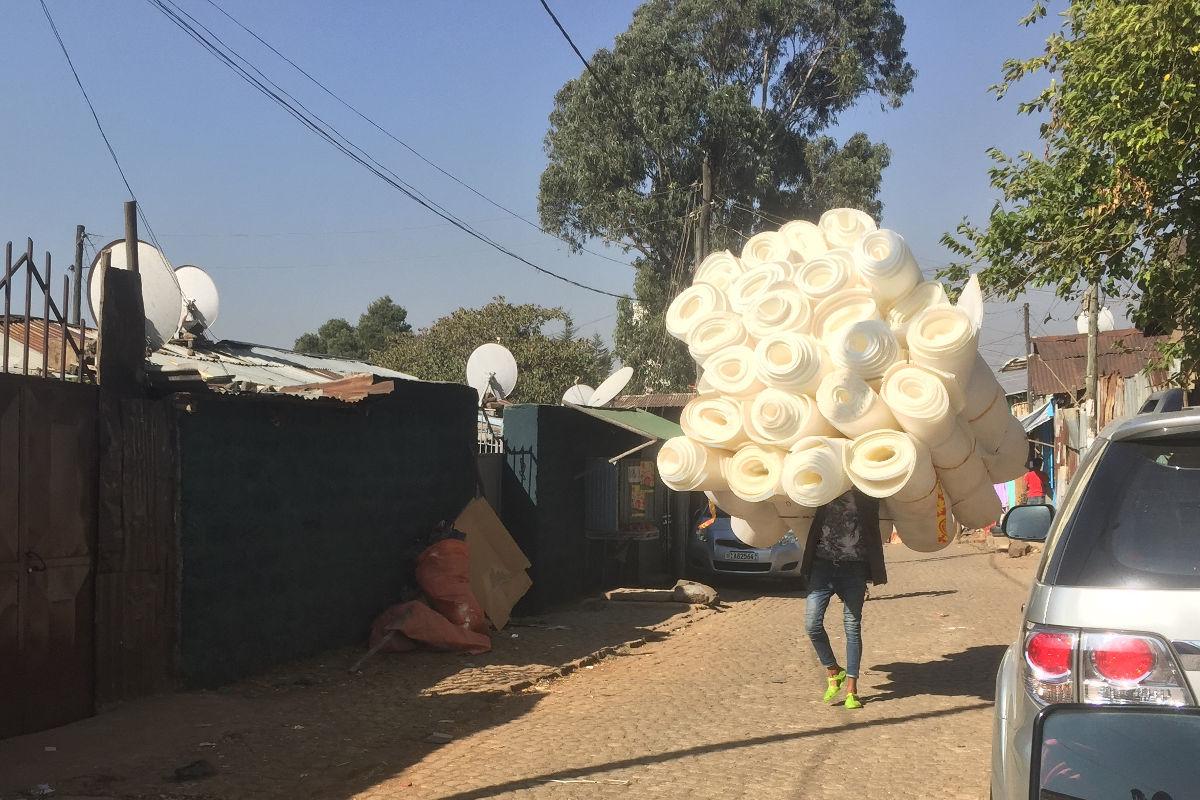 Arbeiter trägt schwere Last | Stiftung Menschen für Menschen