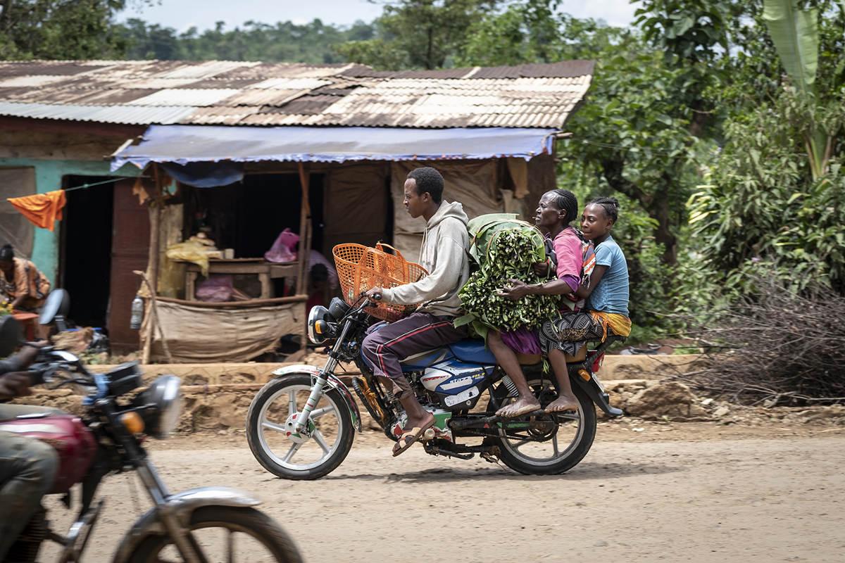 Vollbepacktes Motorrad | Stiftung Menschen für Menschen