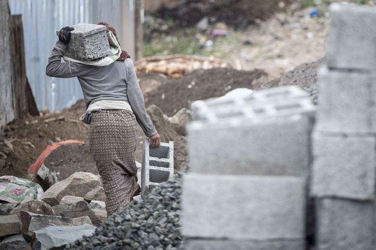 Tagelöhnerin auf dem Bau   Stiftung Menschen für Menschen
