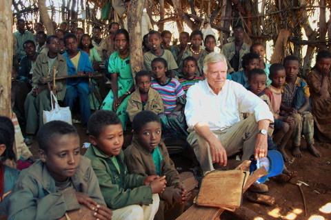 Karlheinz Böhm mit äthiopischen Schülern