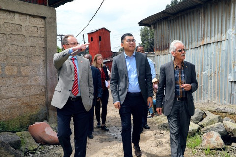 Kelsang Kone mit Schweizer Botschafter Daniel Hunn