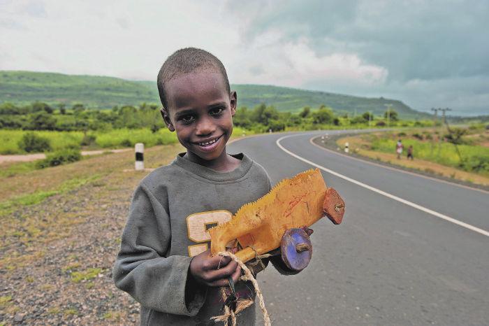 Kind mit gebasteltem Spielzeug