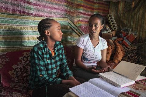 ozialarbeiterin im Gespräch mit Mädchen
