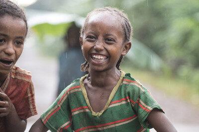 Glückliches Kind im Regen
