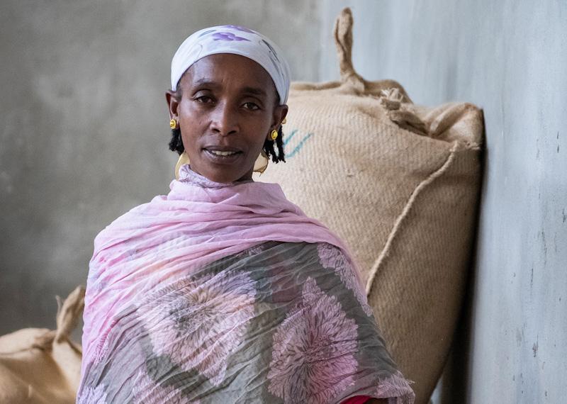 Kaffebäuerin in Lagerhalle | Stiftung Menschen für Menschen