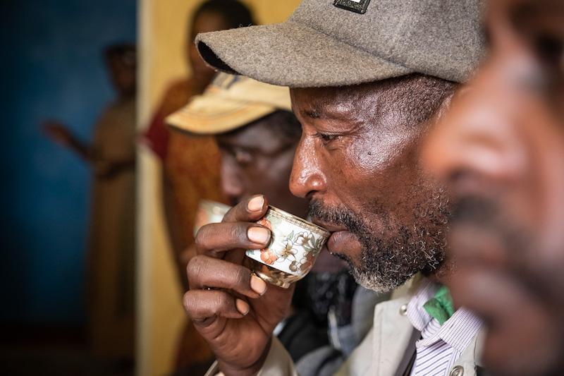 Genossenschafter trinkt Kaffee | Stiftung Menschen für Menschen