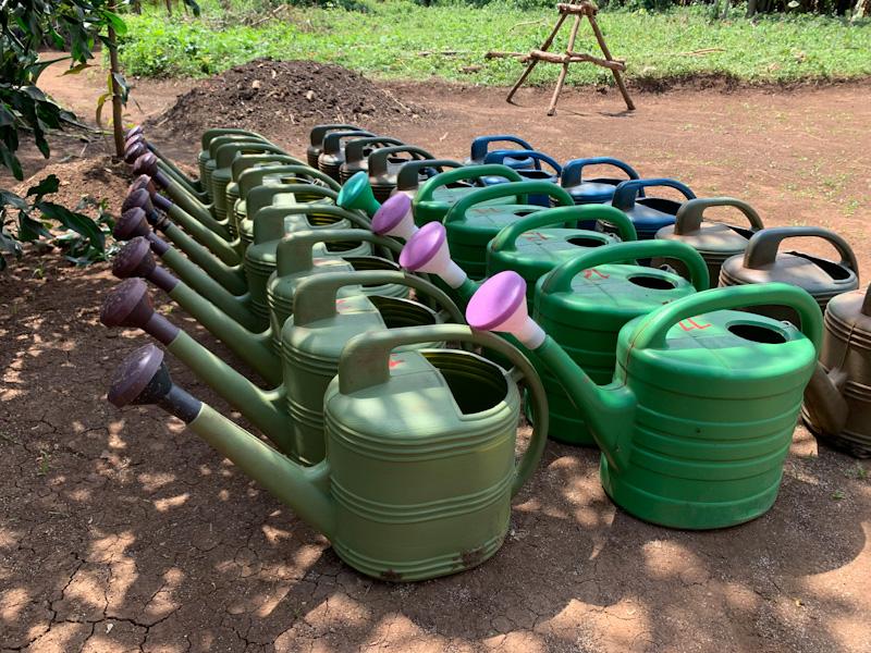 Giesskannen in Baumschule | Stiftung Menschen für Menschen