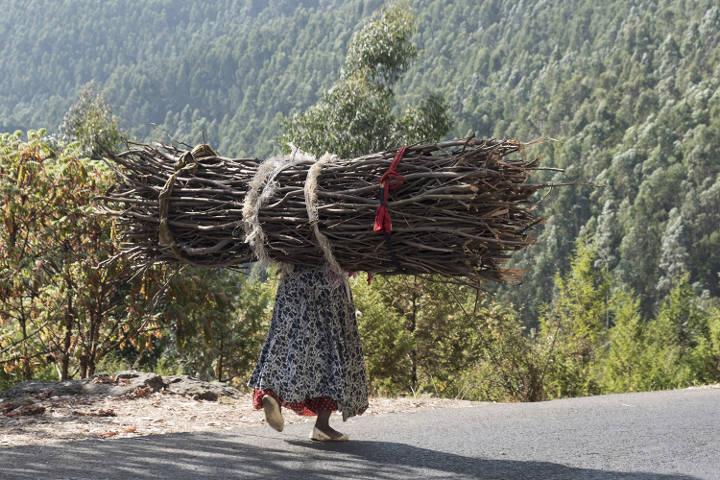 Brennholzträgerin | Stiftung Menschen für Menschen