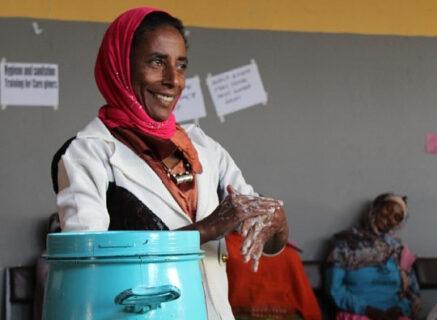 Menschen für Menschen schult Slumbewohner in Hygiene