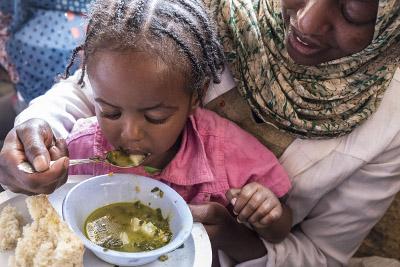 Kind erhält Nahrung
