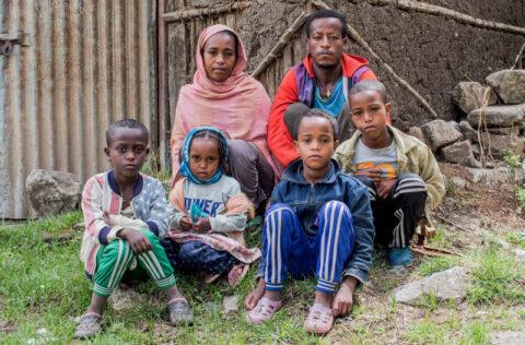 Arme Familie aus Debre Berhan erhält Nothilfe