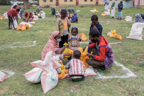 Familie erhält Lebensmittelhilfe aufgrund der Corona-Krise