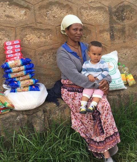Fantanesh Worku mit Lebensmittelpaket