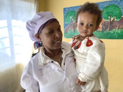 Kinderbetreuerin mit Kleinkind