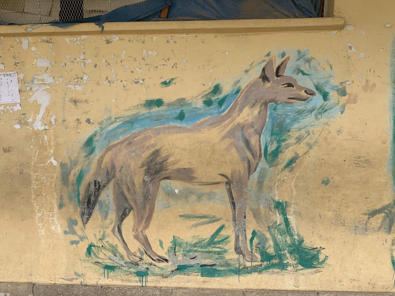 Wandmalerei an einem Schulgebäude.