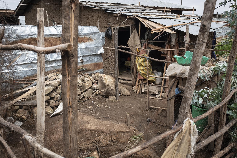 Die Familie lebt in einem provisorischen Anbau eines Lehmhauses.