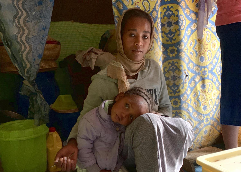Mimi zuhause mit ihrer Tochter Hiwot.